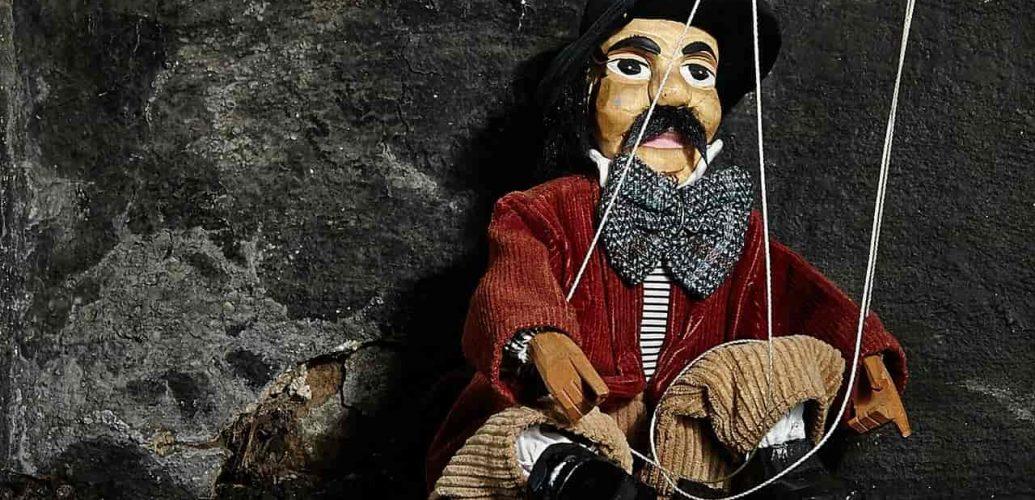 imagem de uma marionete representando manipulação e persuasão