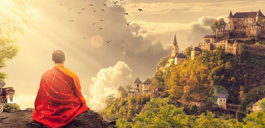 monge praticando meditação no topo de uma montanha